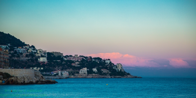 Sunset view from the Promenade des Anglais of Niçoise coastline .